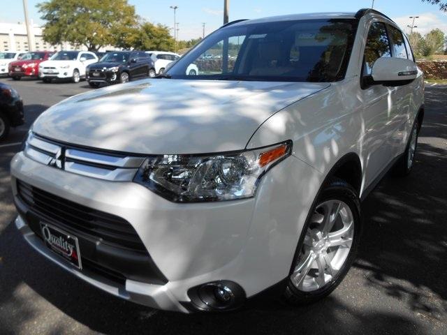 2015 Mitsubishi Outlander SE White 6466 Axle RatioHeated Front Bucket SeatsLeatheretteDeluxe F