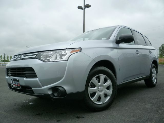 2014 Mitsubishi Outlander SE Silver Touring PackageRear Seat DVD Entertainment Package6 Speakers
